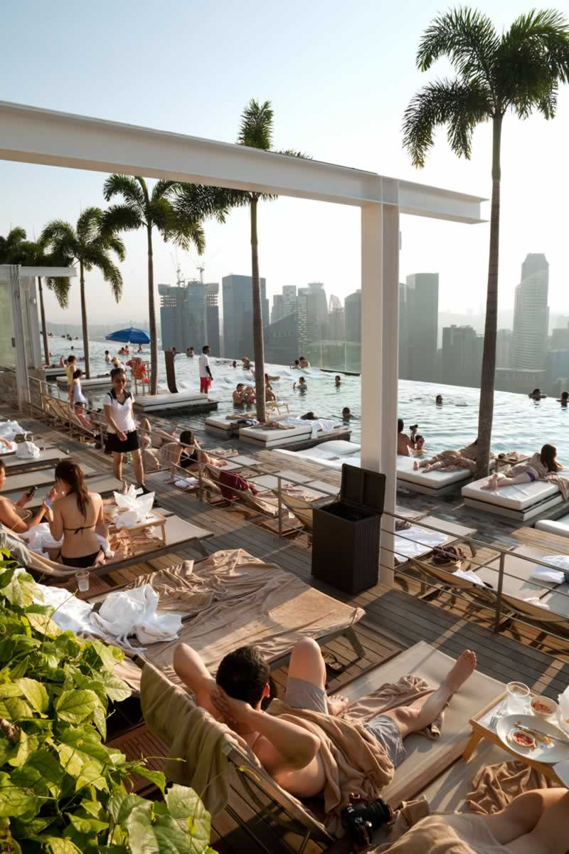 the-infinity-swimming-pool-on-the-skypark-marina-bay-sands-hotel-singapore-C6N3BF